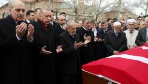 Gül ve Erdoğan'ın arasında girdi